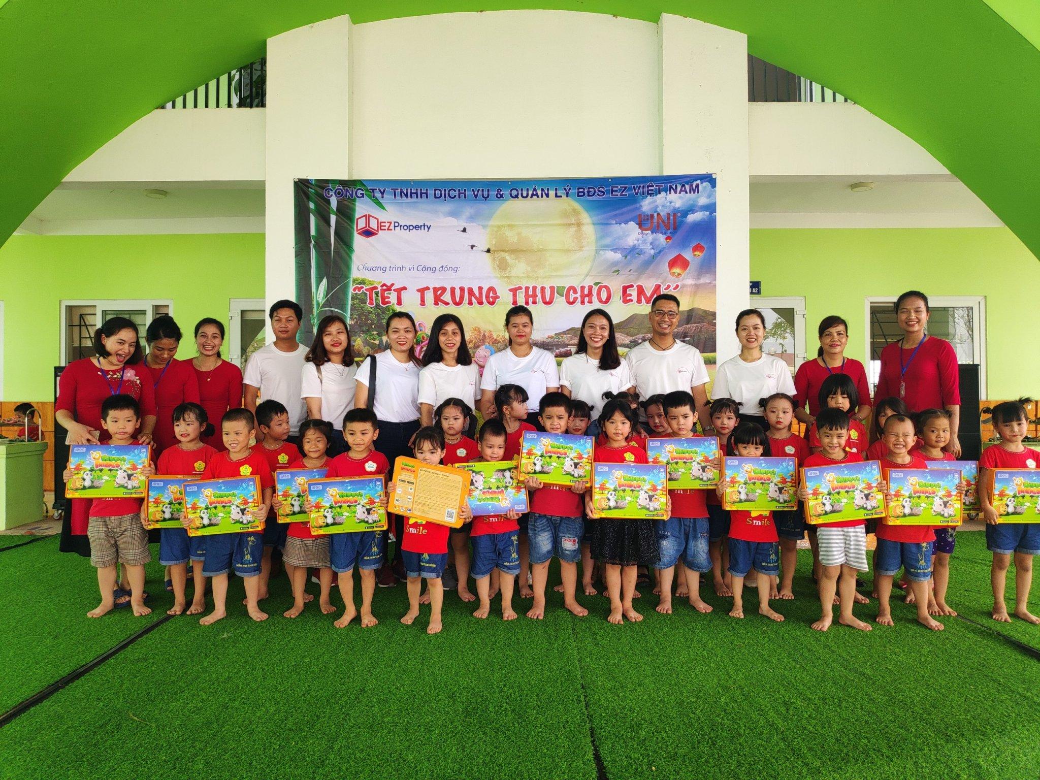 """EZ Leasing tổ chức tặng quà cho các cháu thiếu nhi trong chương trình """"Tết thiếu nhi cho em"""""""