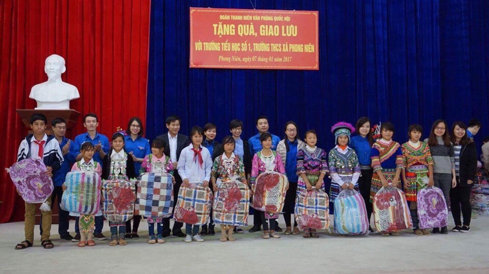 EZ Việt Nam tặng quà cho các em học sinh khó khăn huyện Bảo Thắng, Lào Cai
